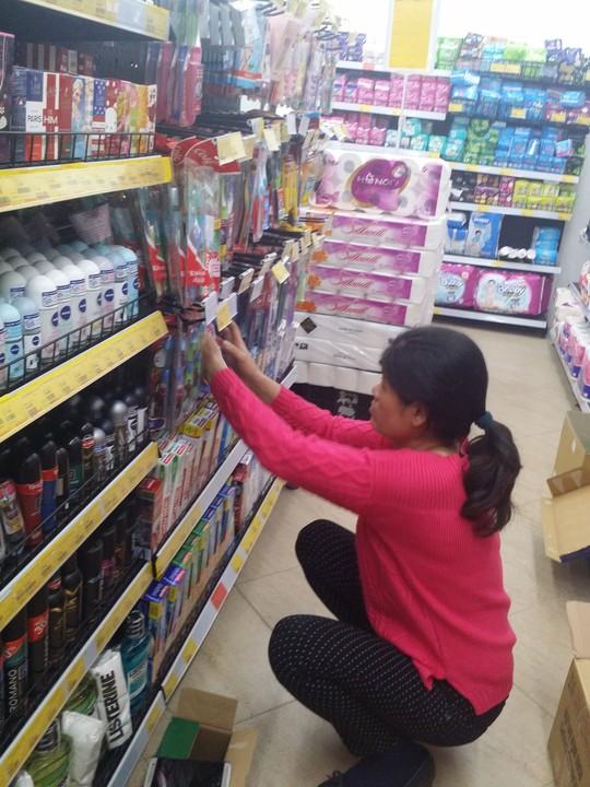 Người tiêu dùng quen dần với hình thức mua sắm qua các siêu thị mini và cửa hàng tiện lợi Ảnh: HÀ PHƯƠNG