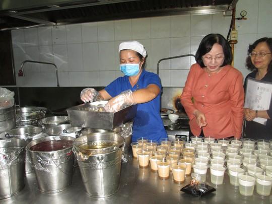 Đại biểu HĐND TP HCM giám sát an toàn thực phẩm tại một siêu thị