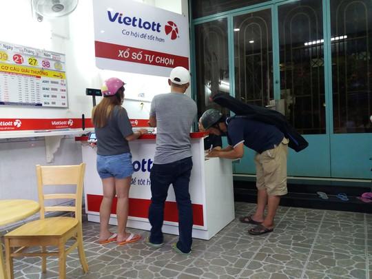 Các điểm bán vé số Vietlott ở Đà Nẵng đang rất khó xử với lệnh cấm bán dạo của UBND TP Đà Nẵng