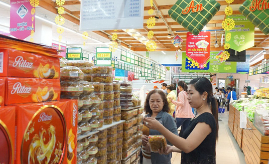 Khách hàng mua sắm bánh, mứt Tết tại Co.opmart