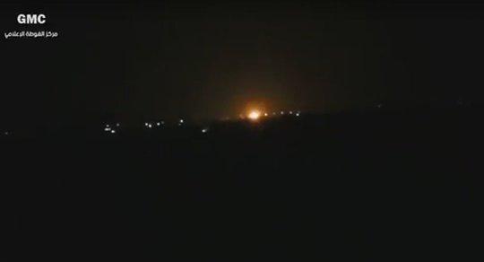 Đám cháy gần Sân bay Quốc tế Damascus sáng sớm 27-4. Ảnh: Sputnik