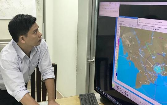 Ông Lê Đình Quyết, Phó trưởng Phòng Dự báo, Đài khí tượng thủy văn khu vực Nam Bộ đang theo dõi mây vệ tinh