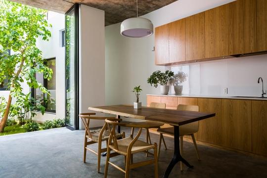 Trong nhà có nhiều khoảng không gian mở, giúp mọi người có thể kết nối với bên ngoài.