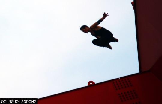 Một pha nhảy mạo hiểm của chàng trai ở độ cao hàng chục mét trên nóc cầu Bình Lợi.