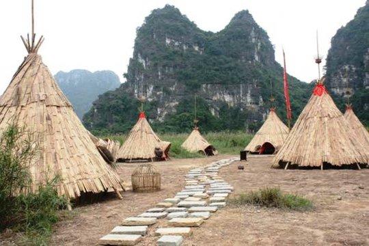Làng thổ dân được làm từ tranh tre nứa lá được phục dựng tại xã Ninh Xuân, huyện Hoa Lư, tỉnh Ninh Bình