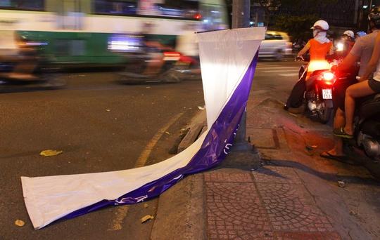 Một băng rôn trên đường Nguyễn Thị Minh Khai (quận 1) rơi rụng, dễ gây nguy hiểm cho người đi đường.