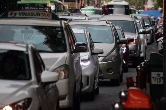 Ô tô xếp hàng dài trên đường Lê Lai, chờ di chuyển qua khu vực này. Một tài xế cho biết anh mất khoảng 25 phút để đi đoạn đường 500m từ chợ Bến Thành qua nút giao thông Lê Lai - Nguyễn Thị Nghĩa.