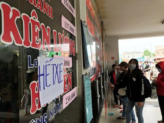 Còn tại Bến xe Miền Tây (quận Bình Tân), lượng người đến mua vé tăng cao vào khoảng 8 giờ cùng ngày, tập trung mua vé đi các chặng từ TP HCM đến các tỉnh như Kiên Giang, An Giang, Đồng Tháp, Cần Thơ… Một số quầy vé, nhân viên thông báo đã hết xe và cho biết đang huy động phương tiện tăng cường để đáp ứng đi lại của hành khách
