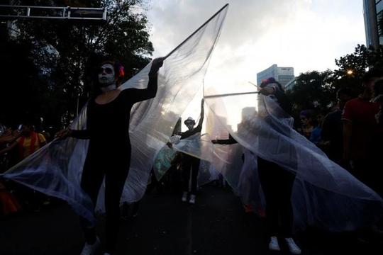 """Kinh dị """"bộ xương"""" diễu hành trong lễ hội người chết ở Mexico - Ảnh 11."""