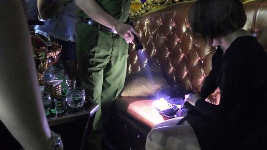 Đột kích 3 quán bar, tạm giữ 43 người dương tính với ma túy - Ảnh 3.
