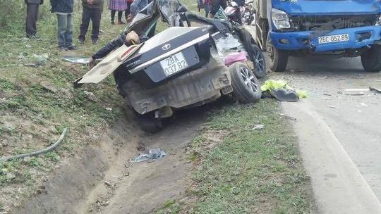 Xế hộp đấu đầu xe tải, 4 người chết, 1 người bị thương - Ảnh 1.
