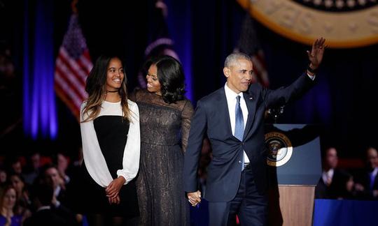 Sasha vắng mặt, gia đình Obama xuất hiện trên sân khấu với 3 người. Ảnh: Reuters