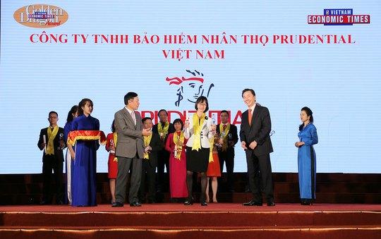 Đại diện Prudential Việt Nam nhận giải thưởng Rồng Vàng 2016