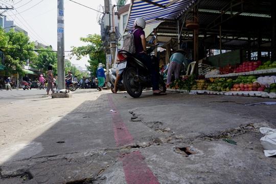 Trước đó, mặt tiền chợ Tân Trụ, nằm trên đường Nguyễn Sỹ Sách đã được kẻ vạch sơn để người dân sử dụng một phần làm nơi buôn bán
