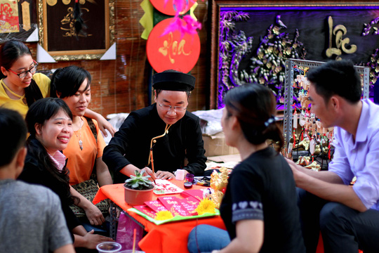 Phố ông đồ tại Nhà Văn hóa Thanh niên TP HCM đã được định hình là nơi đến của đông đảo người dân và du khách dịp Tết đến Xuân về. Giờ, từ sáng sớm đến tối mịt, nơi đây luôn tấp nập người ra, kẻ vào