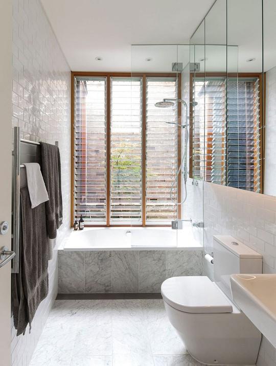 Phòng tắm đơn giản nhưng tiện lợi.