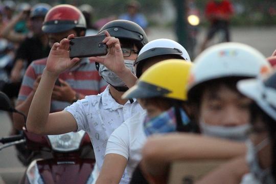 Ai cũng tranh thủ lấy điện thoại ra quay phim chụp hình mà không để ý mình đang dừng xe giữa lòng đường.