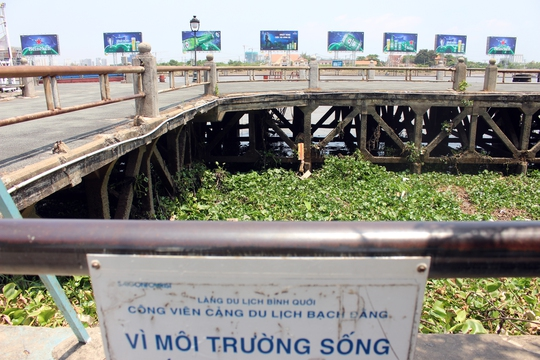 Hai cầu tàu tại công viên Bạch Đằng đã xuống cấp trầm trọng, bên dưới đầy lục bình và rác rưởi hôi thối. Theo đề án, cả hai cầu tàu này có thể được giữ lại để cải tạo thành bến thuyền cho các phương tiện đường thủy, buýt đường sông.