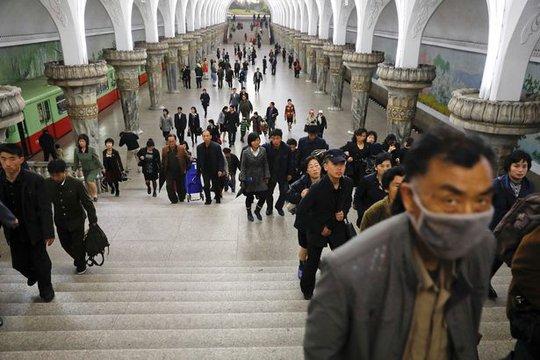 Hành khách tại trạm tàu điện ngầm ở Bình Nhưỡng hôm 14-4. Ảnh: REUTERS