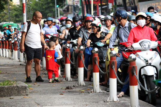 Đến 18 giờ cùng ngày, lượng phương tiện bắt đầu thưa dần, giao thông ổn định trở lại.
