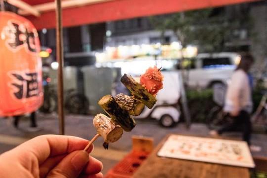 Tokyo, Nhật Bản: Thủ đô Nhật Bản có nhiều nhà hàng sao Michelin hơn bất cứ đâu. Tuy nhiên, ẩm thực đường phố với tên gọi yatai lại là điểm hút khách của Tokyo. Món ăn phải thử là okonomiyaki, loại pancake nhân thịt, hải sản và rau, phủ bên trên là xốt mayonnaise, vụn cá ngừ khô, rong biển, gừng.