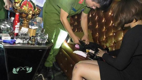 Đột kích 3 quán bar, tạm giữ 43 người dương tính với ma túy - Ảnh 4.