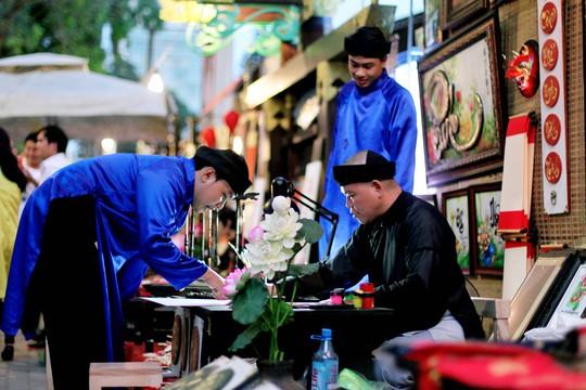Ông đồ Lê Hải chia sẻ: Những ngày qua, lượng khách đến tham quan chụp hình với gian hàng của mình là chính. Việc buôn bán chủ yếu xoay quanh những món đồ nhỏ như bao lì xì hay liễn. Các tranh lớn mặc dù có nhiều người đến hỏi nhưng vẫn chưa có người mua.