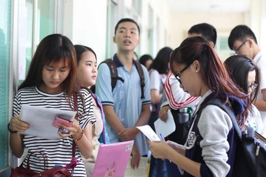 Học sinh dự thi THPT quốc gia để tìm cơ hội vào ĐH Ảnh: HOÀNG TRIỀU