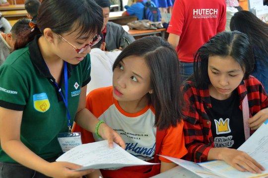 Thí sinh tìm hiểu thông tin xét tuyển vào Trường ĐH Công nghệ TP HCM Ảnh: TẤN THẠNH