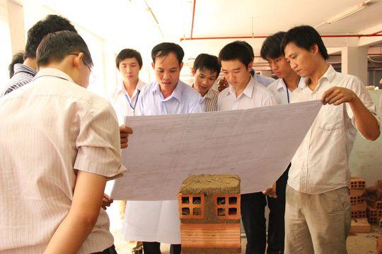 Sinh viên tìm hiểu về ngành xây dựng Ảnh: NGỌC PHƯƠNG