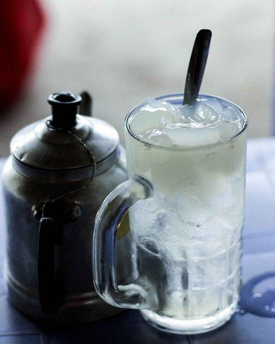 Mỗi ly nước thốt nốt có luôn thạch được bán cho khách đi đường giải nhiệt với giá 10.000 đồng