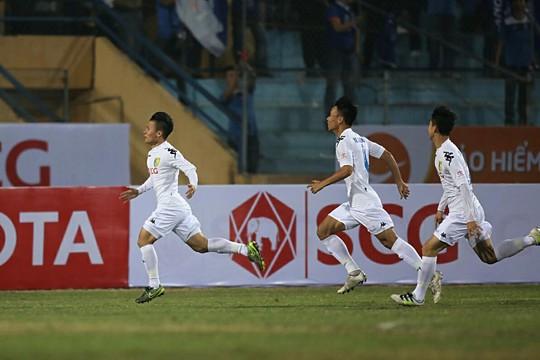 Quang Hải (bìa trái) ghi 2 bàn góp công giúp CLB Hà Nội tạm vươn lên đầu bảng sau 3 trận đấu sớm Ảnh: HẢI ANH