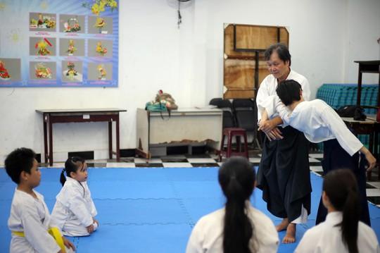 Võ sư Ngô Khắc Hoàng hướng dẫn các võ sinh những bài tập cơ bản