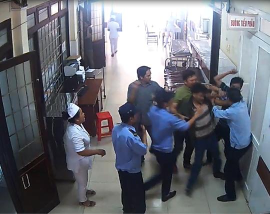 Người nhà bệnh nhân liên tiếp đấm vào mặt bảo vệ bệnh viện - Ảnh 1.