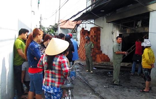 Nhiều người dân vẫn chưa hết bàng hoàng trước tai họa ập xuống gia đình chị Trang.