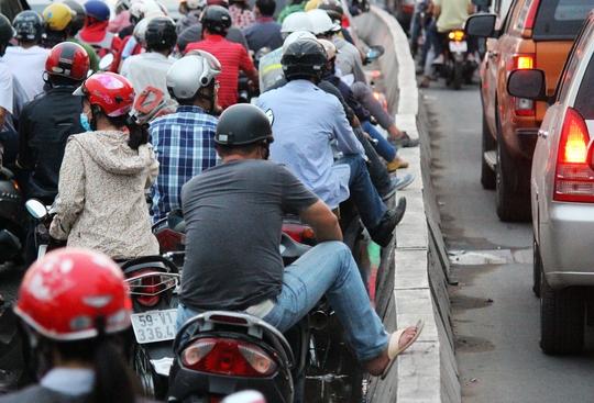 Xe máy kẹt cứng bắt đầu lan dài từ ngã tư Hàng Xanh đến cầu Điện Biên Phủ.