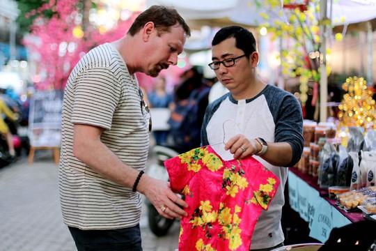 Ông John (du khách Mỹ) tỏ ra khá thích thú với áo dài Việt Nam. Và ông cũng mua một bộ áo dài cho cháu gái mình khi đi dạo tại phố ông đồ Sài Gòn.
