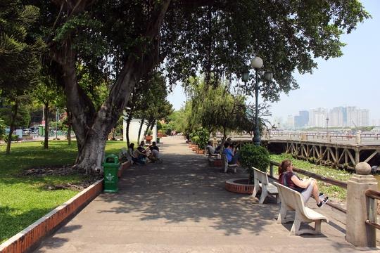Trong cuộc khảo sát, ông Thuận chỉ đạo các cán bộ phụ trách nếu thực hiện đề án thì phải giữ lại mảng xanh của công viên để tạo môi trường xanh, sạch, đẹp.