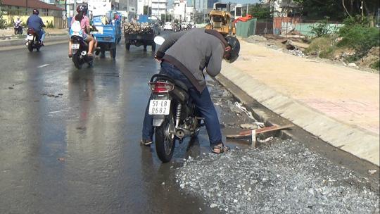 Nhiều phương tiện lưu thông qua đoạn ngập bị chết máy phải dắt bộ