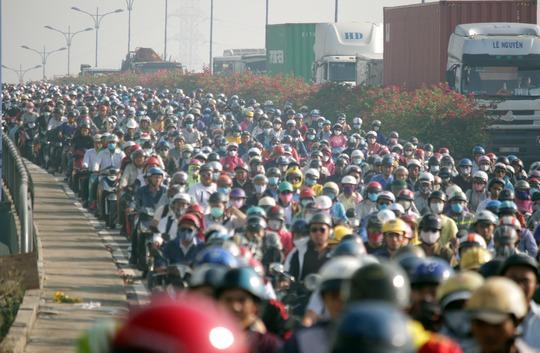 Khi đên đường lên cầu Rạch Chiếc hướng về trung tâm thì giao thông bắt đầu hỗn loạn, vỡ trận hoàn toàn. Hàng ngàn phương tiện ùn ứ cả trên cầu lẫn 2 đường lên xuống cầu.