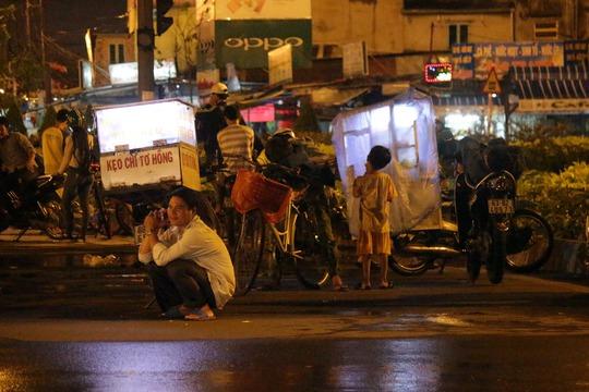 Vất vả mưu sinh trong mưa đêm Sài Gòn