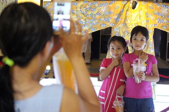 Hai bé gái tạo dáng khi được chụp hình.