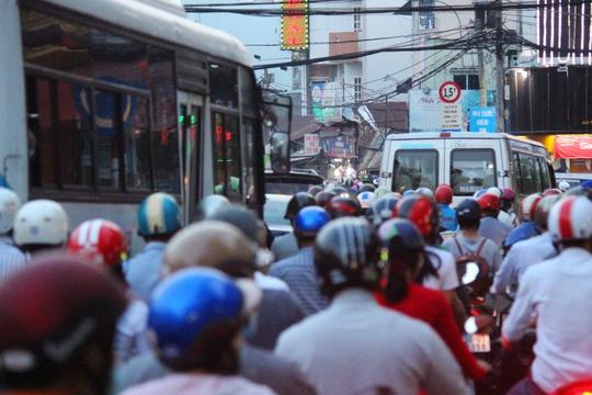 Tình trạng kẹt xe tại cầu Nhị Thiên Đường đã đẩy phương tiện trên đường Tùng Thiện Vương cùng vào thế đứng im .