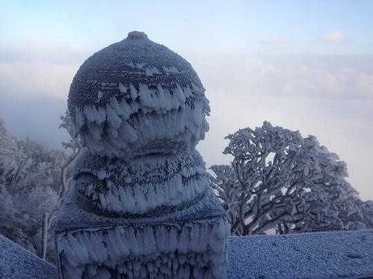 Cận cảnh đỉnh Fansipan trắng xóa trong băng tuyết - Ảnh 13.