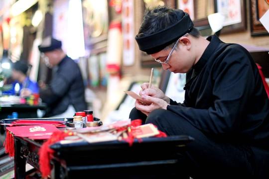 Các ông đồ có thể viết các câu đối, câu thơ và các câu chúc đầu xuân bằng thư pháp trên giấy đỏ, gỗ, đá và cả trên hạt gạo.