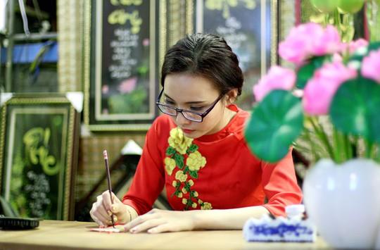 Bà đồ Ngân Đình (23 tuổi) cho hay những ngày qua khách đến tham quan gian hàng của mình chủ yếu là mua liễn