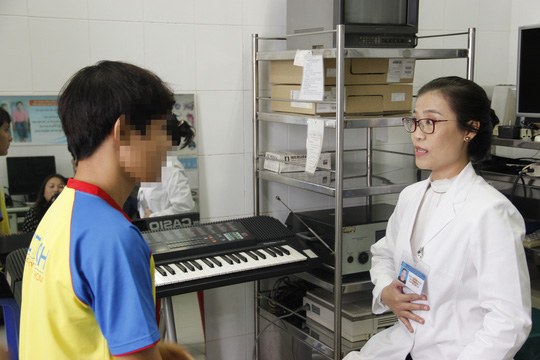 Bác sĩ Bệnh viện Tai Mũi Họng TP HCM hướng dẫn phát âm để tìm lại giọng nói cho một nam thanh niên
