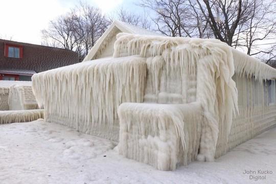 Căn nhà bị băng tuyết bao phủ hoàn toàn. Ảnh: John Kucko Digital