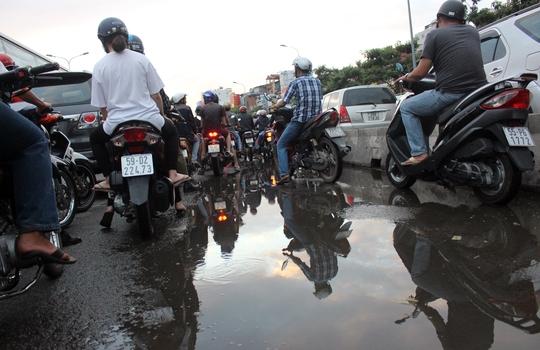 Khoảng 15 phút sau, tình trạng giao thông bắt đầu rối loạn ở các hướng về ngã tư Hàng Xanh. Trong ảnh: Nhiều xe máy phải dừng lại từ xa khi ngã tư Hàng Xanh có dấu hiệu rối loạn.