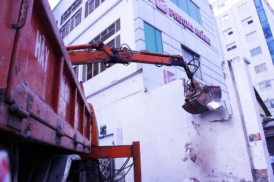 Qua kiểm tra, bức tường xây dựng trái phép cao 4 m, lấn vỉa hè 3 m bị tháo dỡ hoàn toàn. Trước đó, cũng khu vực này, phó chủ tịch UBND quận 1 cũng đã chỉ đạo đập bỏ 1 bức tường.